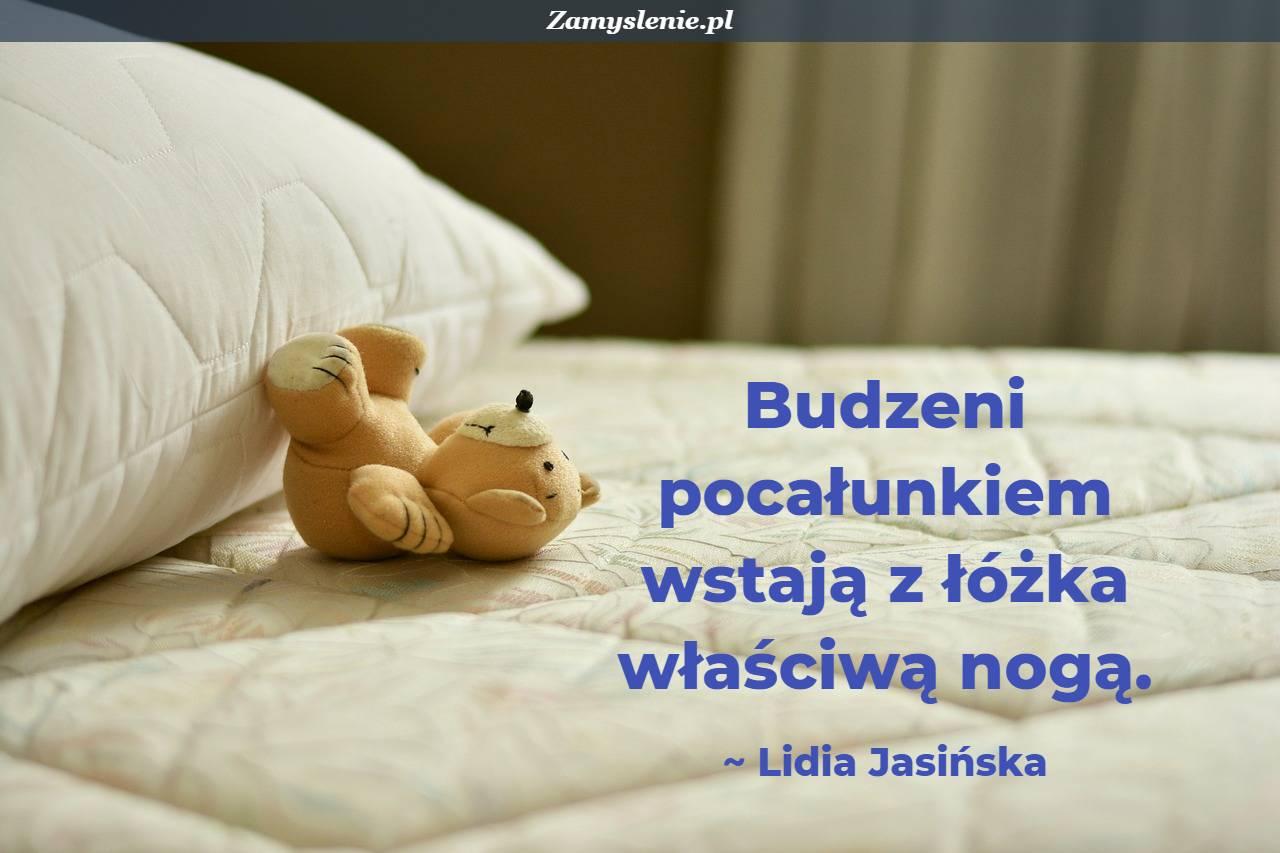 Obraz / mem do cytatu: Budzeni pocałunkiem wstają z łóżka właściwą nogą.