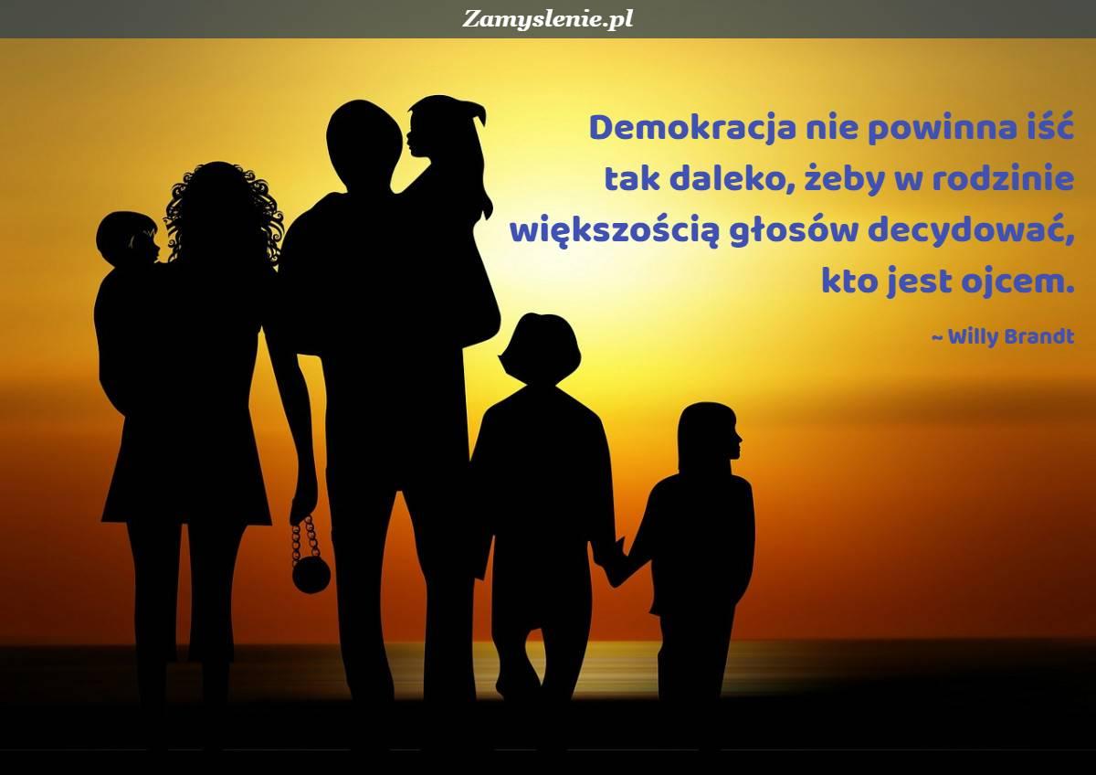 Obraz / mem do cytatu: Demokracja nie powinna iść tak daleko, żeby w rodzinie większością głosów decydować, kto jest ojcem.