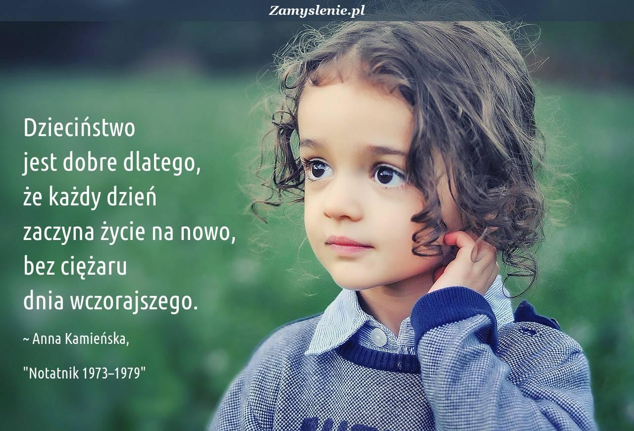 Obraz / mem do cytatu: Dzieciństwo jest dobre dlatego, że każdy dzień zaczyna życie na nowo, bez ciężaru dnia wczorajszego.