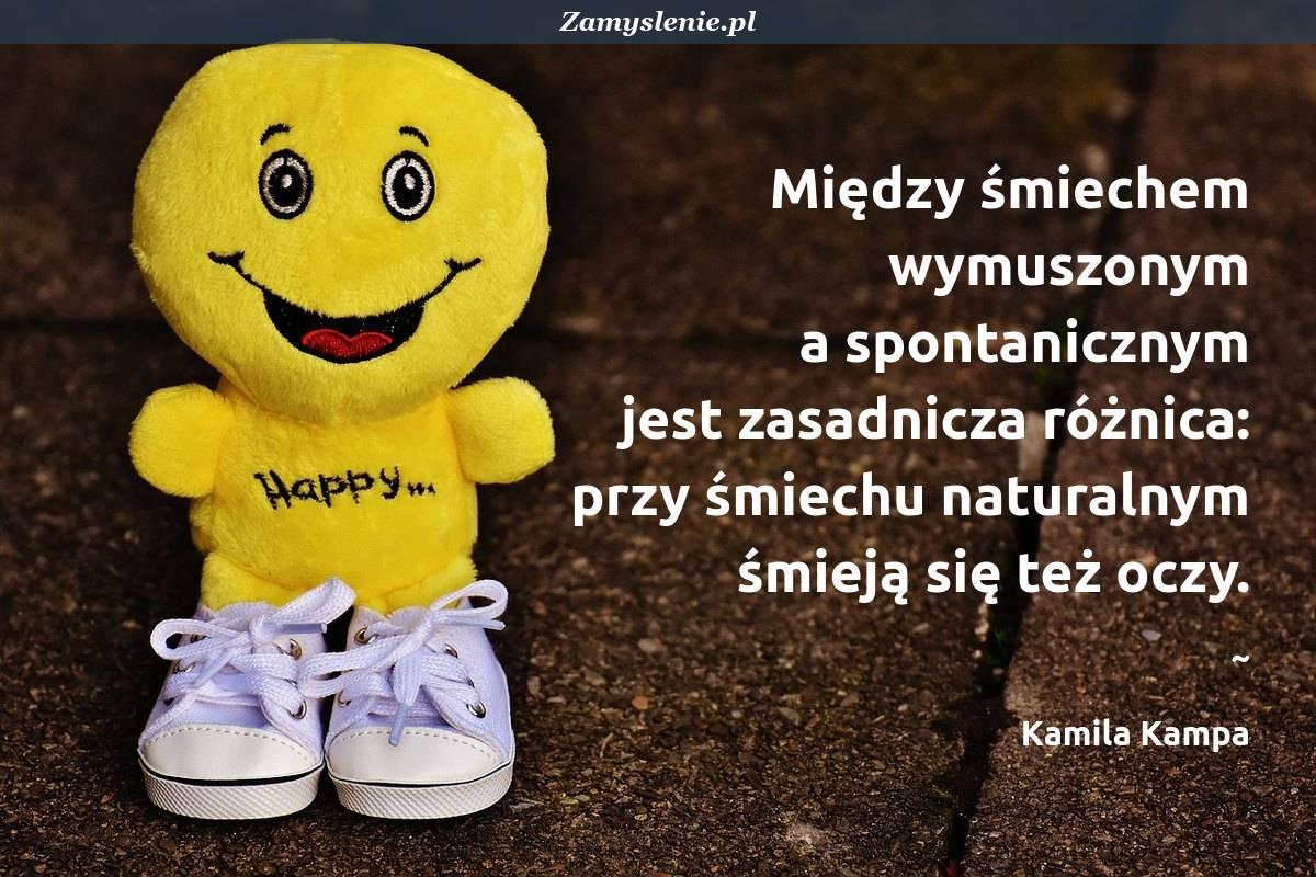 Obraz / mem do cytatu: Między śmiechem wymuszonym aspontanicznym jestzasadnicza różnica: przy śmiechu naturalnym śmieją sięteż oczy.